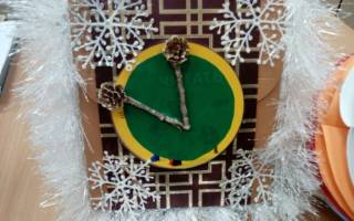 Волшебные новогодние часики из картона и мишуры.