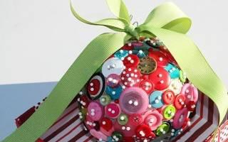 Папье-маше. Новогодний шар из воздушного шарика и дисков.
