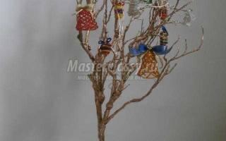 Пасхальное дерево с подвесками из бисера.