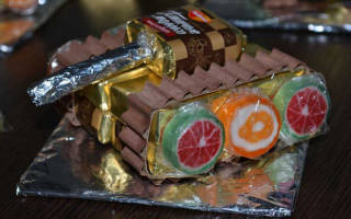 Подарок из конфет на 23 февраля своими руками.