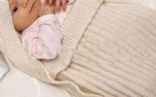 Вязаный конверт для новорожденного