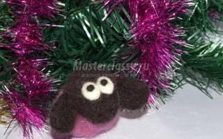 Ёлочная игрушка из шерсти. Розовая овечка.