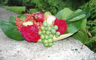 Осенняя флористическая композиция из цветов, ягод и фруктов.