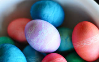 Пасхальное яйцо-сувенир с цветами из кружева.