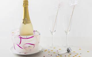 Новогодняя подставка под шампанское с конфетами.
