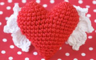 Вязаное сердечко крючком ко Дню Святого Валентина.