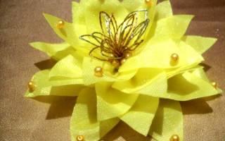 Заколка для волос с цветком из органзы.