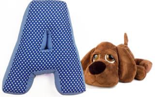 Мягкая буква-подушка «М» из ткани.