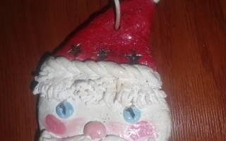 Елочные игрушки из соленого теста или украшения для новогодних подарков.