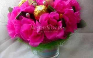 Композиция из конфет в технике свит-дизайн. Розы в стакане.