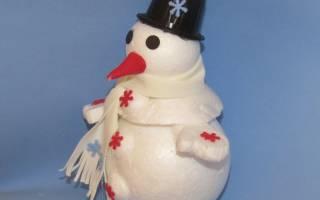 Снеговик из пенопластовых шаров своими руками.