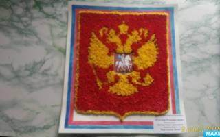 Герб Российской Федерации из природных материалов.