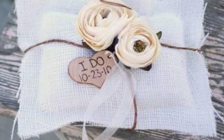 Свадебная подушка с лентой под кольца.