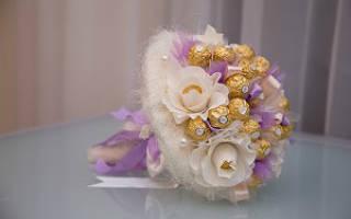 Букет из конфет в корзинке на свадьбу.