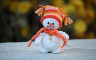Вязаный снеговик на елку. Елочная игрушка снеговик своими руками.