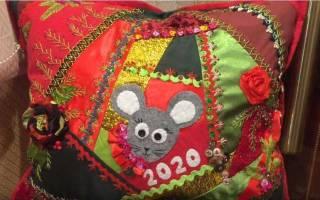 Подушка-подарок для мамы в технике лоскутного шитья.