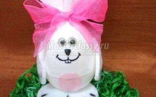 Пасхальный зайчик из пластикового яйца.