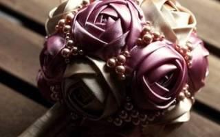 Цветок из широких атласных лент.