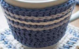 Теплый вязаный чехол спицами для чашки
