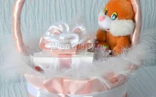Декор подарочной корзины с конфетами и мягкой игрушкой атласными лентами: подробный мастер-класс
