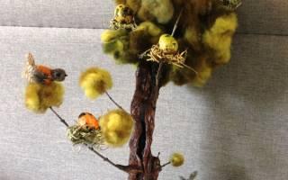 Пасхальная рамочка из веток ивы с перепелиными яйцами.